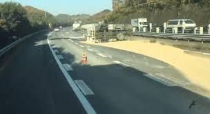 東北道の岩舟JCT(ジャンクション)~栃木IC(インターチェンジ)間でトラック横転事故