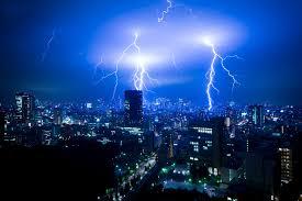 大阪府堺市などでゲリラ豪雨が降り落雷で停電