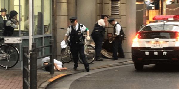 東京都豊島区西池袋の池袋駅西口交番前で男性が刃物で刺される殺人未遂事件が発生
