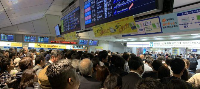 東海道新幹線の東京駅が台風19号を回避するお客様で大混雑