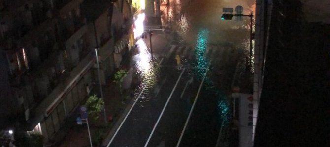 神奈川県川崎市中原区小杉町の武蔵小杉駅付近などで多摩川が氾濫し冠水や浸水被害が発生