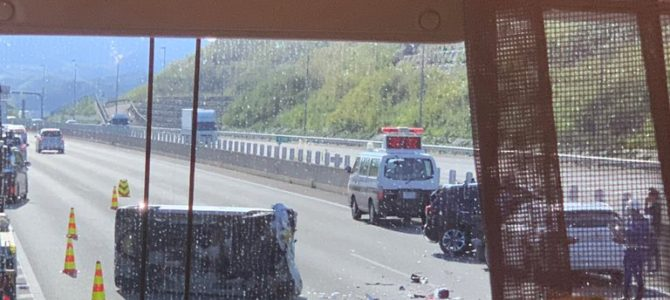 新東名の藤枝岡部IC付近で玉突き事故