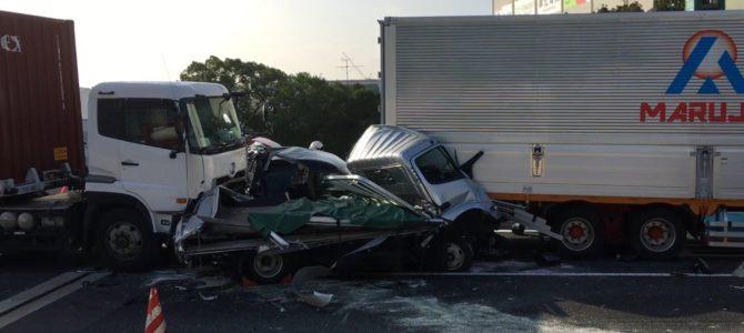 首都高湾岸線の東海JCT(ジャンクション)付近で大型トレーラーや乗用車など約5台が絡む玉突き事故