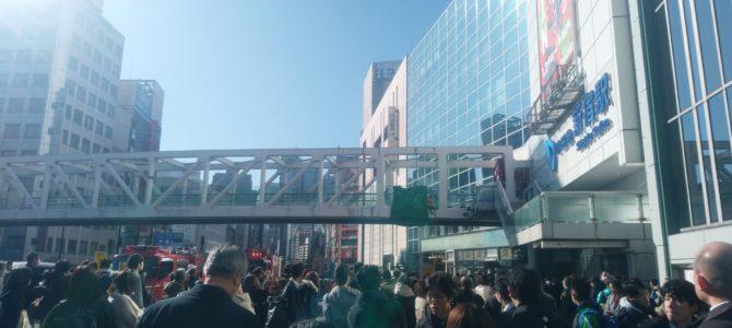 東京都新宿区にある新宿駅の陸橋で男性が首吊り自殺