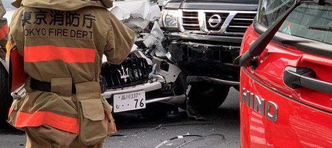 東京都渋谷区渋谷の宮益坂交差点で車2台が衝突する事故
