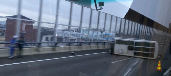 伊勢湾岸の豊田JCT(ジャンクション)付近でキャンピングカーが横転する事故