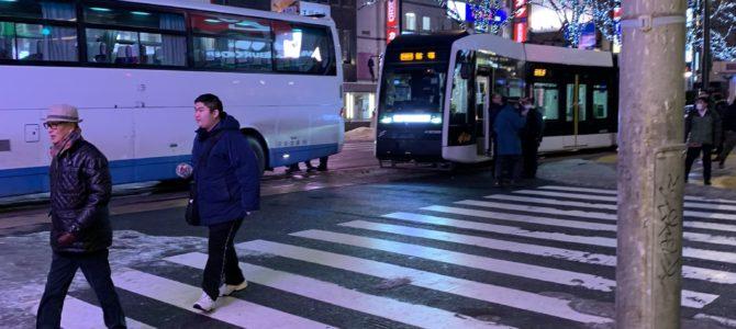 北海道札幌市中央区のすすきのメガドンキ前で路面電車とバスが衝突