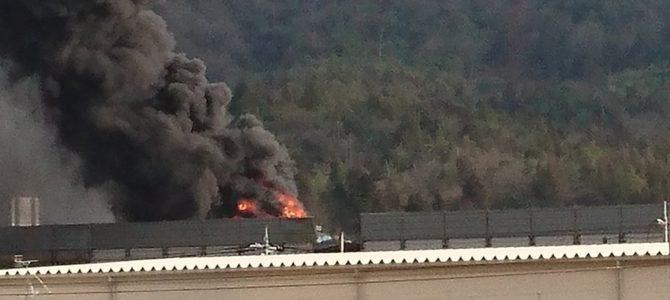 山陽道の西条IC(インターチェンジ)~高屋JCT(ジャンクション)間で車両火災