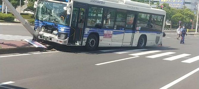千葉県千葉市美浜区の海浜幕張駅前でバスが信号機に衝突する事故