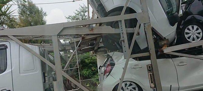 沖縄県北谷町砂辺の国道58号線でキャリアカーの積載車が歩道橋に衝突