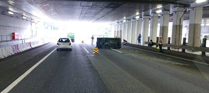 東名高速の大和トンネルで軽自動車が横転する事故