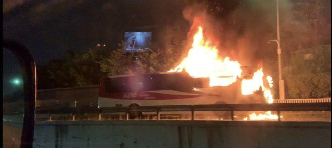 中央道の深大寺バス停でバスの車両火災