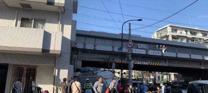 東京都世田谷区桜丘の環八でゴミ収集車が歩道に突っ込む