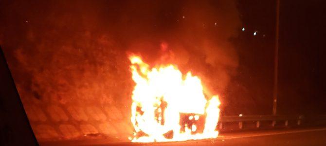 東名高速の東名川崎~横浜青葉間で軽自動車が炎上