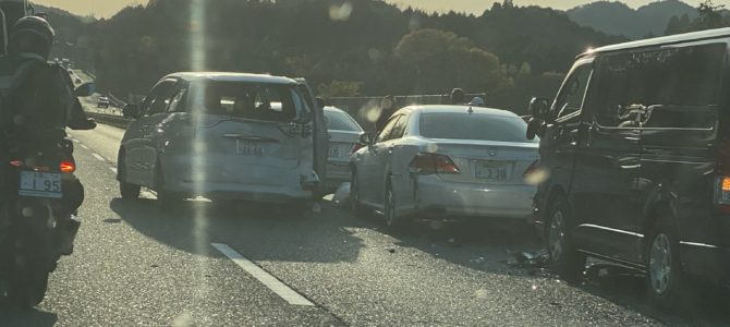 名阪国道の福住IC(インターチェンジ)付近で玉突き事故