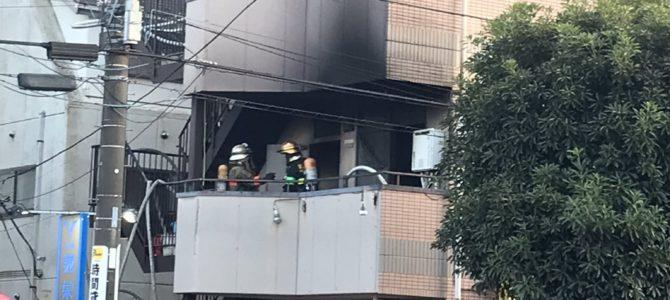 東京都八王子市椚田町のラーメン二郎 めじろ台店のビルで火事